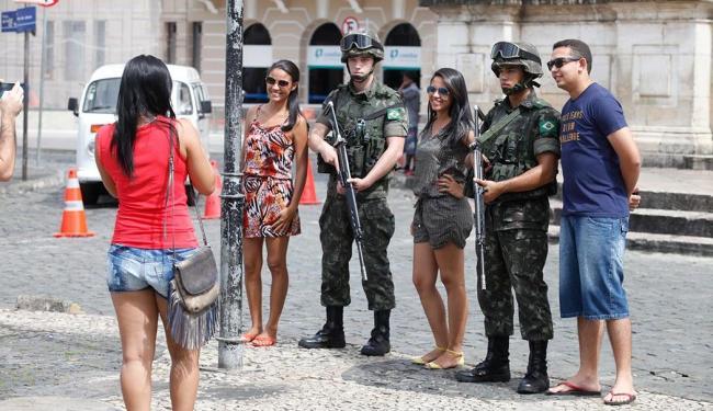 Turistas tiram fotos ao lado de homens do Exército no Pelourinho - Foto: Edilson Lima | Ag. A TARDE
