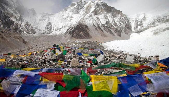 Após avalanche, bandeiras budistas são vistas em frente a acampamento base do Everest - Foto: Agência Reuters