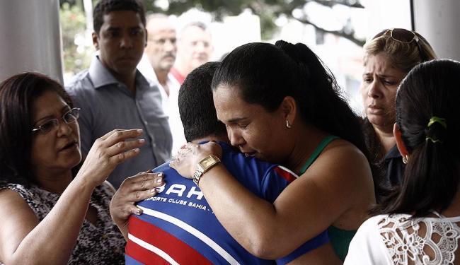 Familiares lamentam a morte do policial militar em Feira - Foto: Luiz Tito   Ag. A TARDE