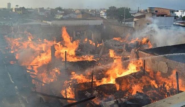 Fogo começou por volta de 2h30 desta quarta, na Rua Fernando Ferrari - Foto: Ed Santos | Site Acorda Cidade