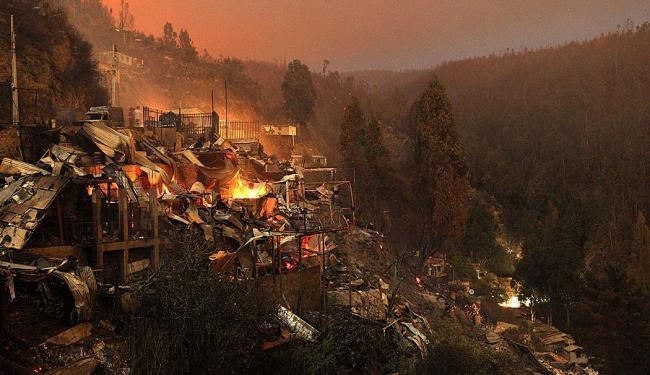 Fogo destruiu 800 hectares e 1.200 casas em Valparaíso - Foto: Agência Reuters