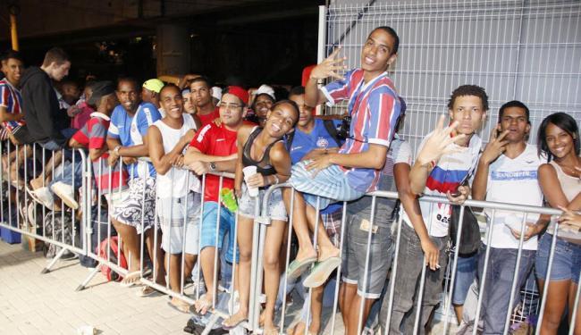 Torcedores chegaram na fila no final da noite de quinta para garantir o ingresso - Foto: Joá Souza | Ag. A TARDE