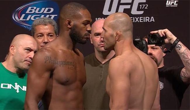 Campeão meio-pesado, Jones (à dir.) encara Glover na pesagem do UFC 172 - Foto: Reprodução l UFC