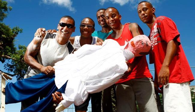 Integrantes do Samba Papelão com o Judas no Garcia, que recebeu o nome de Jaques Wagner - Foto: Fernando Vivas | Ag. A TARDE