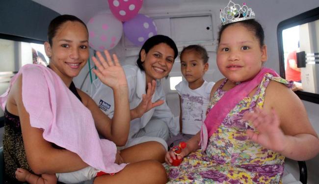 Letícia, à direita, com as irmãs e a funcionária do hospital, já na ambulância - Foto: Renivaldo Luz | Ag. A TARDE