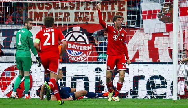 Thomas Muller comemora após marcar o segundo gol do Bayern, o da virada sobre o Manchester - Foto: Kai Pfaffenbach l Reuters