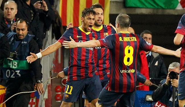 De braços abertos, Neymar comemora após empatar para o Barcelona - Foto: Albert Gea l Reuters