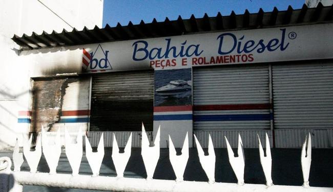 A loja Bahia Diesel foi assaltada e parcialmente incendiada na manhã desta segunda, 21 - Foto: Luciano da Matta | Ag. A TARDE