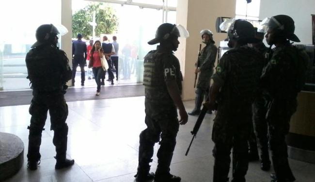 Seguranças do shopping e militares da Força Nacional impedem a entrada dos manifestantes - Foto: Paula Pitta   Ag. A TARDE