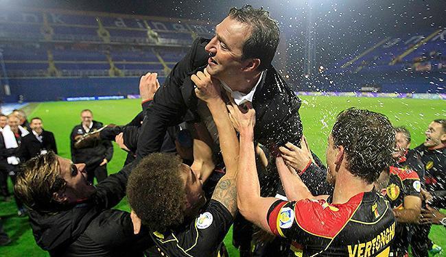 Jogadores comemoram com o treinador Marc Wilmots a classificação para a Copa - Foto: Antonio Bronic l Reuters