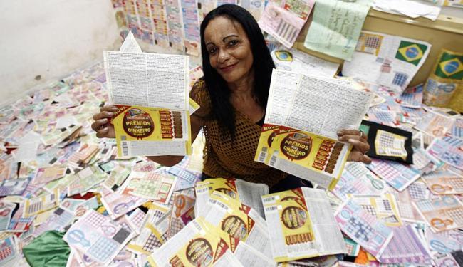 Maria nunca ganhou, mas tem 21 mil bilhetes em casa - Foto: Luiz Tito | Ag. A TARDE
