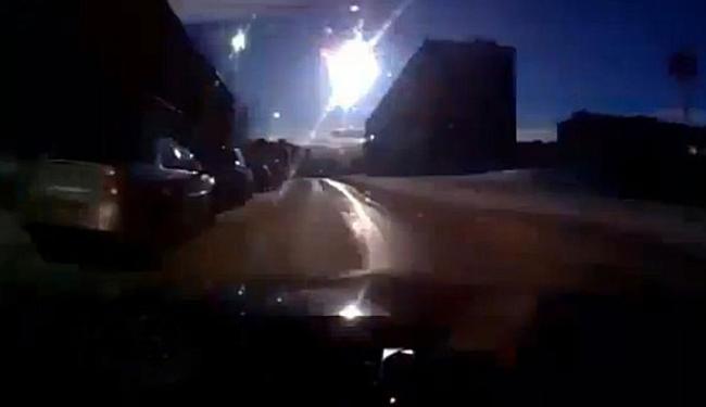 Motorista se assustou ao avistar o objeto explodindo no céu - Foto: Reprodução