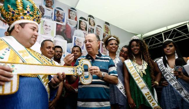 Rei Momo Dilsinho recebe do prefeito José Ronaldo o