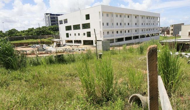 Ampliação do Hospital Roberto Santos, que deveria ser entregue em 2012, está parada - Foto: Joá Souza | Ag. A TARDE