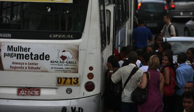 Soteropolitano enfrentou ônibus lotados por causa da greve da PM - Foto: Raul Spinassé | Ag. A TARDE