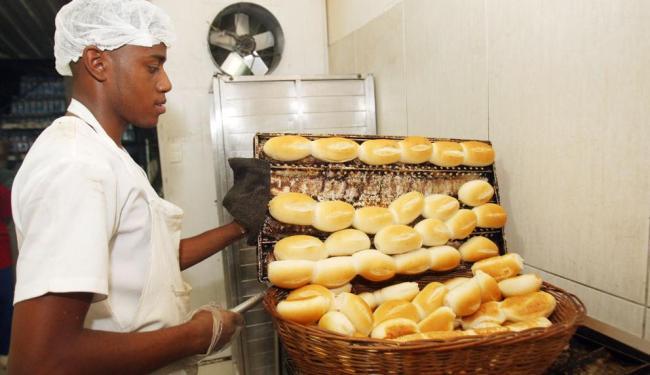 A saca de 50 quilos de farinha de trigo já está chegando nas padarias por R$ 100 - Foto: Lúcio Távora | Ag. A TARDE