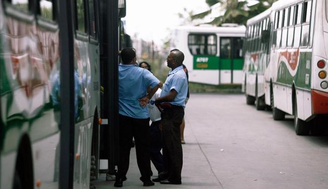 Motoristas e cobradores de duas empresas reclamam de atrasos no tíquete alimentação - Foto: Luiz Tito   Ag. A TARDE