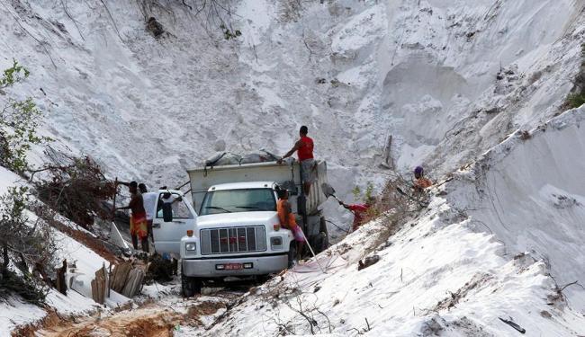 Trabalhadores são flagrados em extração ilegal em março deste ano - Foto: Lúcio Távora | Ag. A TARDE