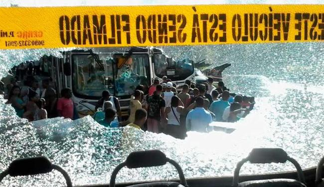 Ônibus foram depredados durante manifestação - Foto: Edilson Lima   Ag. A TARDE