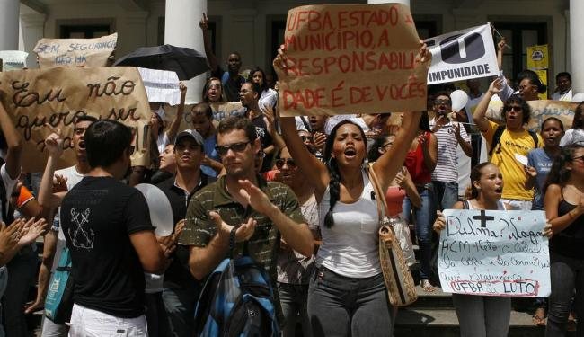 Estudantes protestam em frente à Reitoria da Ufba - Foto: Marco Aurélio Martins | Ag. A TARDE