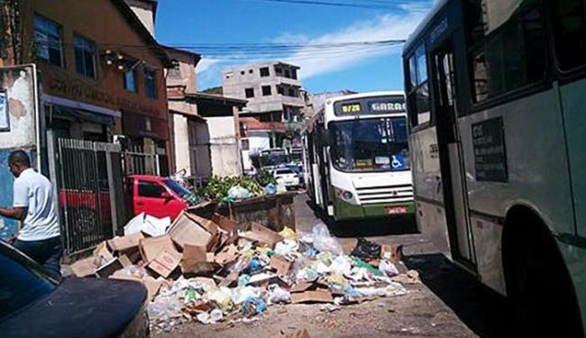 Lixo espalhado pela rua atrapalhando o trânsito - Foto: Daniel Mota | Divulgação
