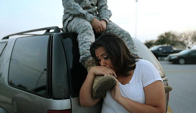 Casal aguarda a volta para casa na base de Fort Hood, no Texas - Foto: Agência Reuters