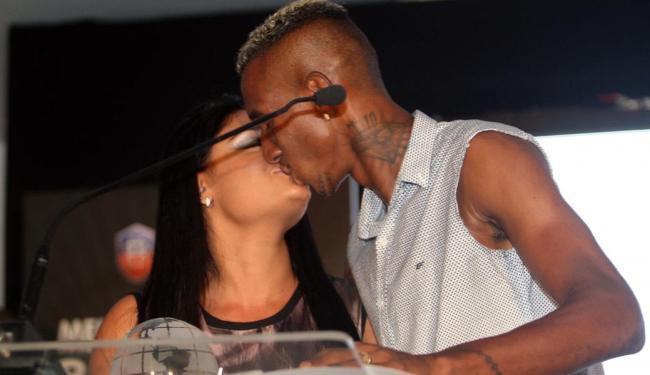 Melhor do Baianão, Talisca beija a noiva ao receber prêmio - Foto: Lúcio Távora | Ag. A TARDE
