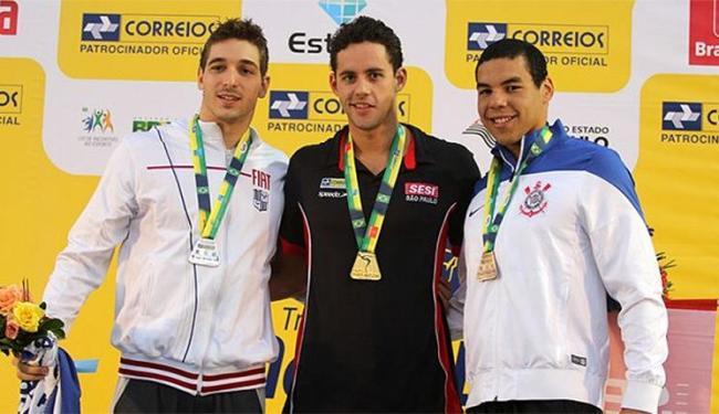 Thiago Pereira (centro) leva ouro e confirma índice para Pan-Pacífico - Foto: Divulgação l www.thiagopereira.com.br