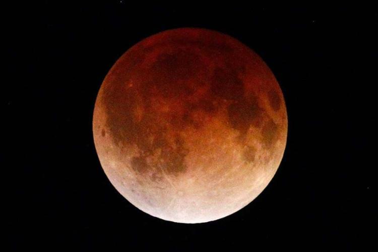 A fase máxima do eclipse está prevista paras as 22h44 de hoje - Foto: Agência Reuters
