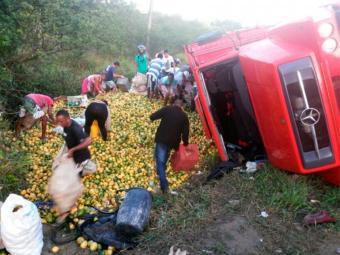 População saqueou carga de maracujá - Foto: Reprodução | Acorda Cidade