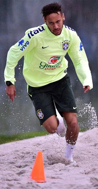 Neymar durante treino na areia nesta quinta-feira - Foto: Gaspar Nóbrega l VIPCOMM