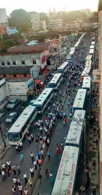 Dissidentes do Sindicato dos Rodoviários abandonaram os veículos nas Sete Portas - Foto: Foto do Leitor | Whatsapp