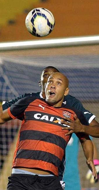 Souza não conseguiu se livrar da marcação e só arriscou duas vezes no empate sem gols em Goiás - Foto: Carlos Costa | Estadão Conteúdo
