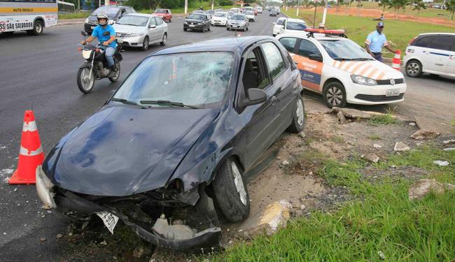 Motorista subiu o canteiro na av. Paralela - Foto: Joá Souza   Ag. A TARDE