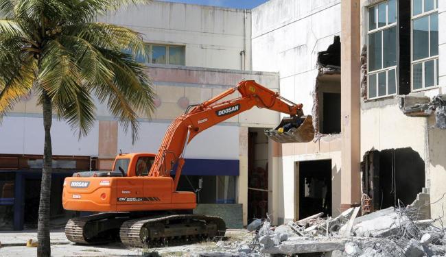 Máquinas preparam a área para o trabalho mais pesado - Foto: Marco Aurélio Martins | Ag. A TARDE