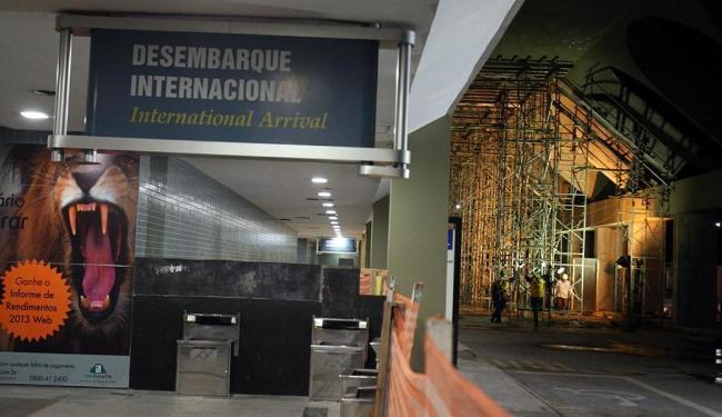 Na área externa próxima ao embarque internacional ainda está repleta de andaimes - Foto: Lúcio Távora | Ag. A TARDE