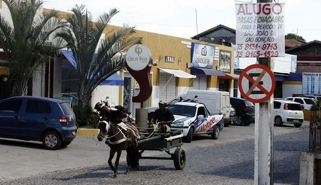 Placas estão em bares, lojas e até em postes - Foto: Luiz Tito | Ag. A TARDE