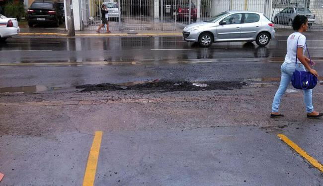 Três meses após recapeamento, asfalto já apresenta crateras - Foto: Matheus Mendonça   Cidadão Repórter