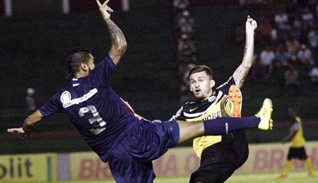 Demerson (E) disputa bola com atacante do Santos - Foto: Luiz Tito | Ag. A TARDE
