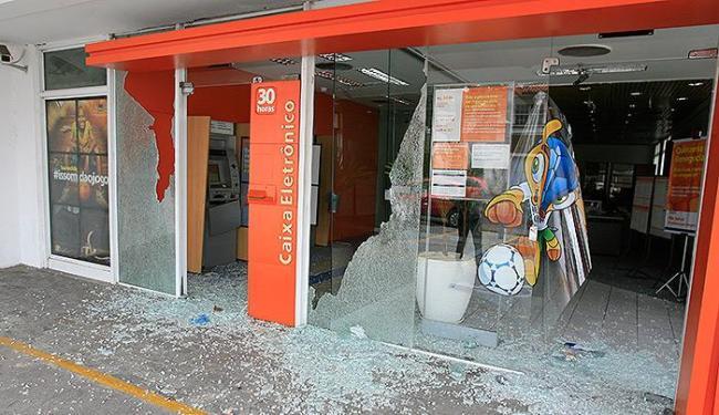 Vidros e um equipamento eletrônico foram danificados na ação dos assaltantes - Foto: Joá Souza | Ag. A TARDE