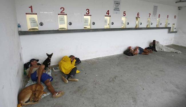 Moradores de rua usam bilheteria  como 'abrigo' - Foto: Fenrando Amorim | Ag. A TARDE