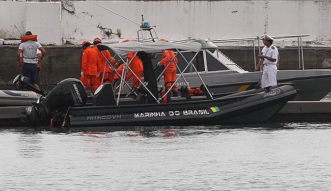 Momento da chegada do corpo do marinheiro, localizado por uma equipe ao sul de Itaparica - Foto: Lúcio Távora | Ag. A TARDE