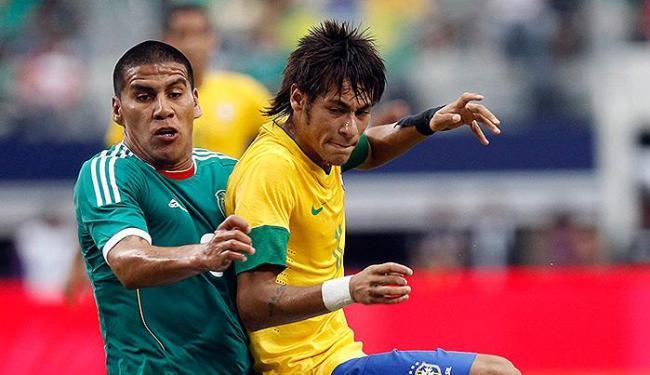 Veterano Salcido, que disputa bola com Neymar, é surpresa da seleção mexicana para Mundial - Foto: Mike Stone l Reuters