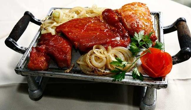 Carne de fumeiro grelhada na chapa com cebola, do restaurante Sal Marinho, na Pituba - Foto: Margarida Neide   Ag. A TARDE