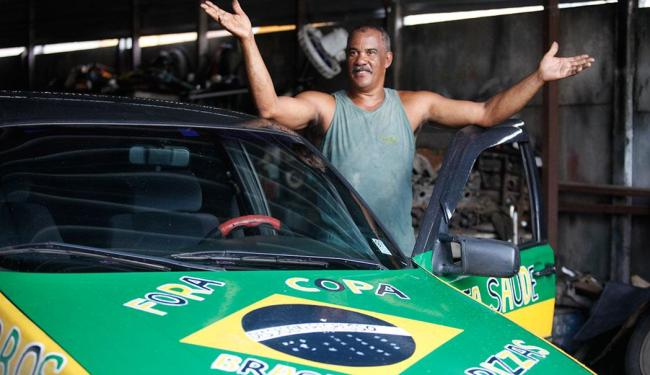 Lourival Freitas usa chaparia de carro para protestar contra Copa no Brasil - Foto: Edilson Lima | Ag. A TARDE