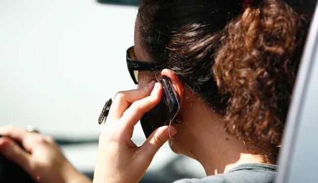 Segundo estudo, quem fala 15h por semana corre riscos - Foto: Raul Spinassé | Ag. A TARDE
