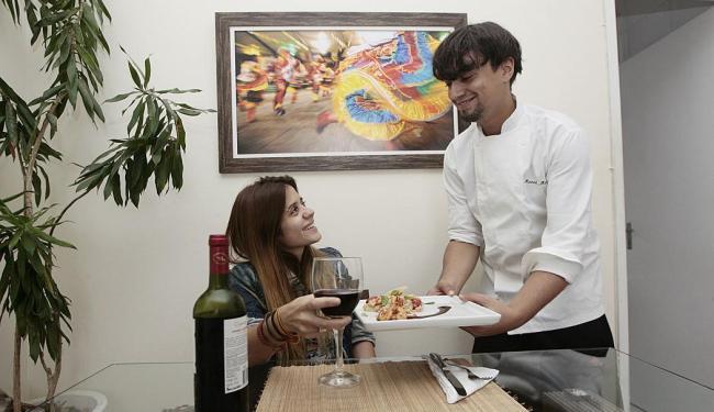 Chef Marcel Matos serve risoto de camarão, em casa, à cantora Andreia Martins - Foto: Mila Cordeiro | Ag. A TARDE