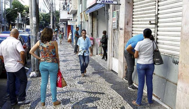 Com movimento fraco, que lembrava uma tarde de domingo, comerciantes fechavam as portas na Av. Sete - Foto: Eduardo Martins   Ag. A TARDE