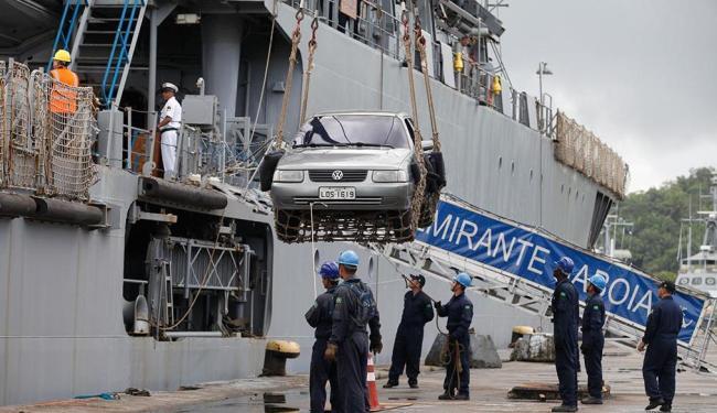 Navio que partiu do Rio desembarcou tropas e equipamentos na Base Naval de Aratu - Foto: Edilson Lima | Ag. A TARDE