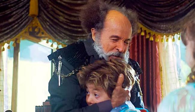 O coronel abraça o menino - Foto: Reprodução   TV Globo